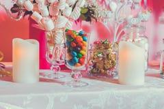 kolorowe cukierki Wielo- barwioni cukierki Barwiony cukierek w szkle Round czekolada jest bardzo kolorowa ?wieczka fotografia royalty free