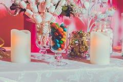 kolorowe cukierki Wielo- barwioni cukierki Barwiony cukierek w szkle Round czekolada jest bardzo kolorowa ?wieczka obrazy stock