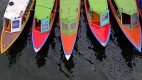Kolorowe długie łodzie Fotografia Stock