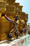 Kolorowe demon statuy otacza bazę chedi Zdjęcie Stock