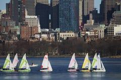 Kolorowe dokować żaglówki i Boston linia horyzontu w zimie na połówka marznącej Charles rzece, Massachusetts, usa Obraz Royalty Free