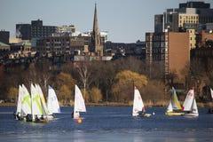 Kolorowe dokować żaglówki i Boston linia horyzontu w zimie na połówka marznącej Charles rzece, Massachusetts, usa Zdjęcie Stock