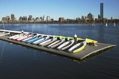 Kolorowe dokować żaglówki i Boston linia horyzontu w zimie na połówka marznącej Charles rzece, Massachusetts, usa Obraz Stock