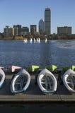 Kolorowe dokować żaglówki i Boston linia horyzontu w zimie na połówka marznącej Charles rzece, Massachusetts, usa Obrazy Royalty Free