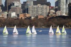 Kolorowe dokować żaglówki i Boston linia horyzontu w zimie na połówka marznącej Charles rzece, Massachusetts, usa Zdjęcia Stock