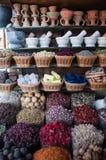 Kolorowe dokrętki suszący pikantność kwiatów tłuczek dla gotować przy na wolnym powietrzu pikantności rynkiem i kopaliny Obrazy Stock