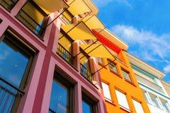 Kolorowe domowe fasady z markizami obraz stock