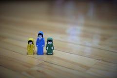 Kolorowe drewniane postacie córka z synem i ojciec na tle drewniana podłoga zdjęcie stock