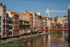 Kolorowe fasady i kanał w Girona Zdjęcie Stock