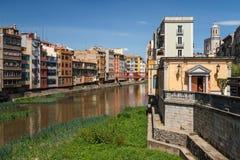 Kolorowe fasady i kanał w Girona Obrazy Stock