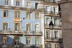 Kolorowe fasady z dokonanego żelaza poręcza balkonami w Alfama sąsiedztwie, Lisbon, Portugalia fotografia royalty free
