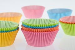 kolorowe filiżanki opróżniają słodka bułeczka Obraz Stock