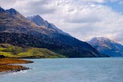 Kolorowe góry i dramatyczny niebo przy Jeziornym Wakatipu, Queenstown, NZ Zdjęcie Royalty Free
