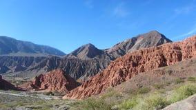 Kolorowe góry na sposobie ` Gargante Del Daiblo `, Tilcara, Jujuy - zdjęcia stock