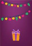Kolorowe girlandy i teraźniejszość boksują na purpurowym tle, kartka z pozdrowieniami Obrazy Stock