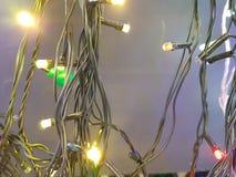 Kolorowe girlandy na światła i zmroku drutach zdjęcie stock