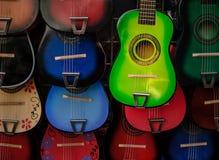 Kolorowe gitary przy Olvera ulicą obrazy royalty free