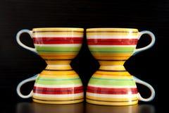 Kolorowe herbaciane filiżanki zdjęcia royalty free