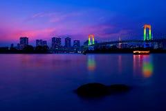 Kolorowe iluminacje przy tęcza mostem od Odaiba w Tokio, J obrazy royalty free