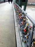 Kolorowe kłódki zamykali i wieszali na stal moście w Frankfurt mieście zdjęcia stock