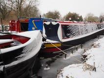 Kolorowe kanałowe łodzie cumowali w lodowatym wody, Kennet i Avon kanale, Fotografia Stock