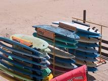 Kolorowe kipieli deski dla dzierżawienia na Matosinhos wyrzucać na brzeg w Porto, Portugalia obraz royalty free