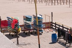 Kolorowe kipieli deski dla dzierżawienia na Matosinhos wyrzucać na brzeg w Porto, Portugalia fotografia royalty free