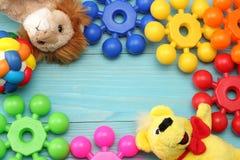 kolorowe klingeryt zabawki na błękitnym drewnianym tle Odgórny widok Zabawki w stole Zdjęcia Stock