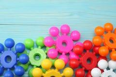 kolorowe klingeryt zabawki na błękitnym drewnianym tle Odgórny widok Zabawki w stole Zdjęcia Royalty Free