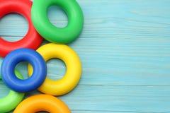 kolorowe klingeryt zabawki na błękitnym drewnianym tle Odgórny widok Zabawki w stole Obrazy Stock