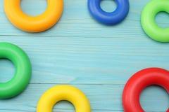 kolorowe klingeryt zabawki na błękitnym drewnianym tle Odgórny widok Zabawki w stole Obraz Royalty Free