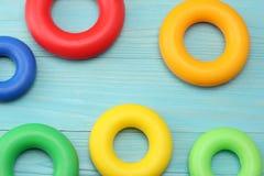 kolorowe klingeryt zabawki na błękitnym drewnianym tle Odgórny widok Zabawki w stole Fotografia Stock