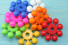 kolorowe klingeryt zabawki na błękitnym drewnianym tle Odgórny widok Zabawki w stole Zdjęcie Stock