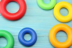 kolorowe klingeryt zabawki na błękitnym drewnianym tle Odgórny widok Zabawki w stole Zdjęcie Royalty Free