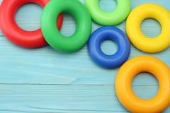 kolorowe klingeryt zabawki na błękitnym drewnianym tle Odgórny widok Zabawki w stole Obrazy Royalty Free