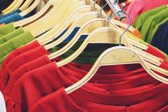 Kolorowe koszula wiesza na stojaku zamkniętym w górę obraz royalty free