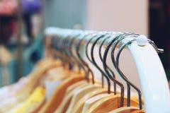 Kolorowe koszula wiesza na stojaku zamkni?tym w g?r? zdjęcia royalty free