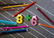 Kolorowe kredki i postać Preschool i dziecina backgrou Zdjęcie Royalty Free