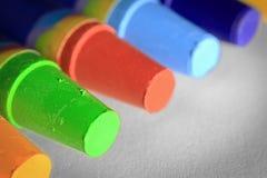 Kolorowe kredki na papierze obrazy stock