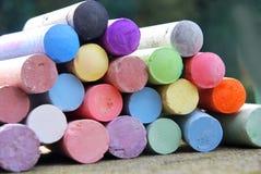 Kolorowe kredowe kredki dla ulicznego obrazu zdjęcie stock