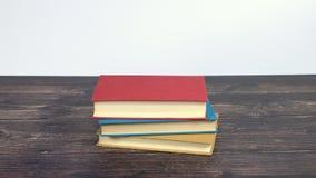 Kolorowe książki wzrasta na drewnianym stole - zatrzymuje ruch zbiory wideo