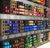 Kolorowe kwadratowe kredki sortować w czarnym pudełku zdjęcia stock