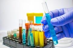 Kolorowe laboranckie próbne tubki, biochemii badania krwi, test moczu, test tubka, medyczna analiza, badawczy pojęcie, plenność r Obrazy Stock
