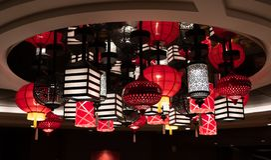 Kolorowe lampy wiesza od celling obrazy stock