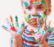 Kolorowe malować ręki w pięknej młodej dziewczynie Zdjęcia Stock