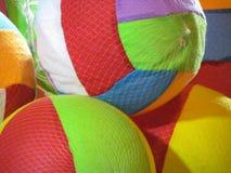 Kolorowe miękkie piłki nożnej piłki dla dzieciaków w netto właścicielu Zdjęcia Royalty Free