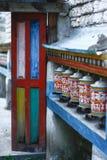 Kolorowe modlitewne buddysta rolki przy drzwiowym tłem Zdjęcia Royalty Free