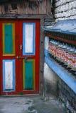 Kolorowe modlitewne buddysta rolki przy drzwiowym tłem Obrazy Stock
