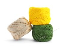 Kolorowe nici i igła Fotografia Stock