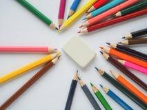 kolorowe ołówki niebieskie oczy, piaskowe abstrakcyjne tło Obrazy Stock